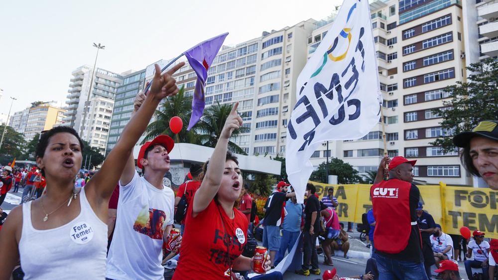 Несколько сотен людей протестовали против проведения олимпиады в Рио-де-Жанейро