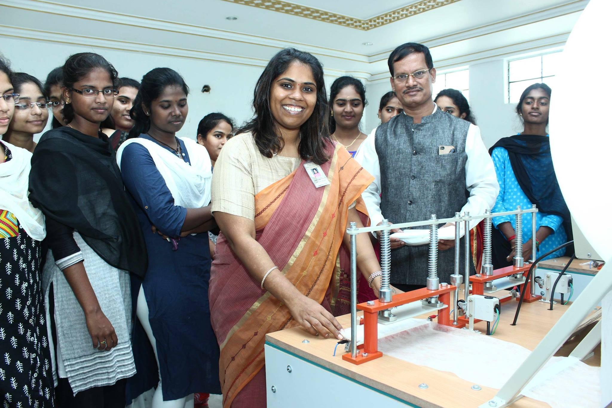 Гигиена женщин Индии с устройствами Аруначалама Муруганантама стала доступнее.