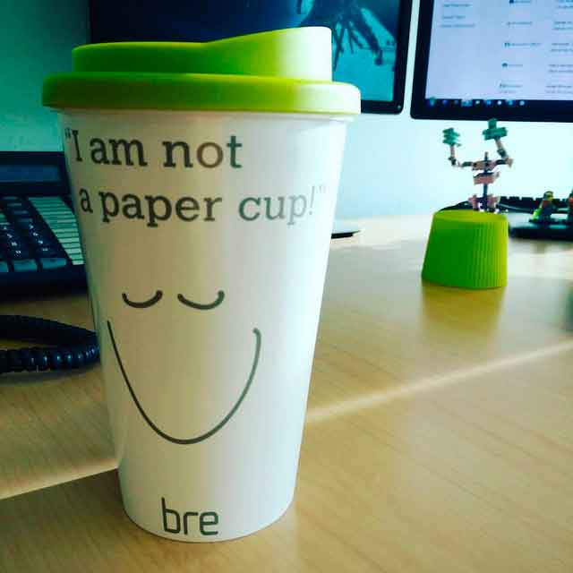 Отказ от пластика. Надпись на чашке: Я не бумажный стаканчик!